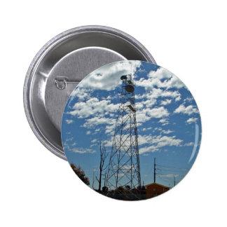 Platos del relevo de microonda en una torre de com pins