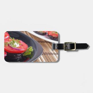 Platos vegetales de la berenjena guisada y del etiquetas para maletas