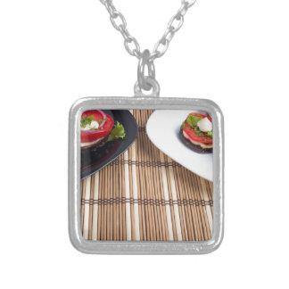 Platos vegetarianos hechos en casa de la berenjena collar plateado