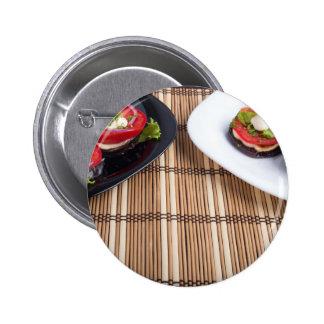 Platos vegetarianos hechos en casa de la berenjena pin redondo de 2 pulgadas