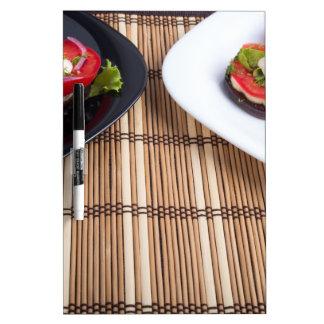 Platos vegetarianos hechos en casa de la berenjena tablero blanco