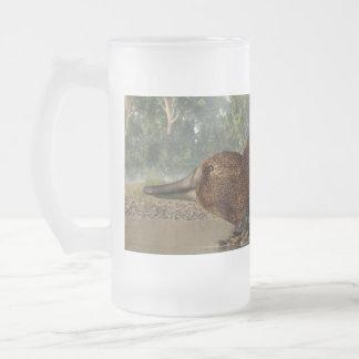 Platypus en la orilla taza de cristal