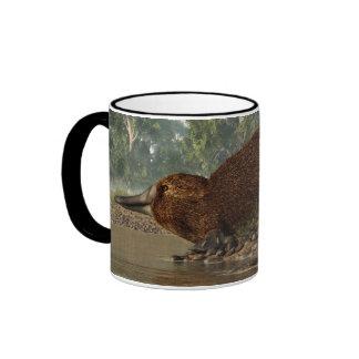Platypus en la orilla taza de dos colores