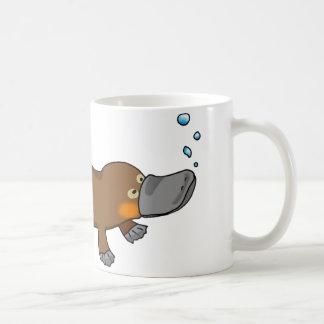 Platypus pato-cargado en cuenta natación linda taza de café