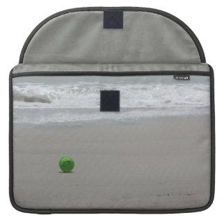Playa arena ondas y cubo verde fundas para macbooks