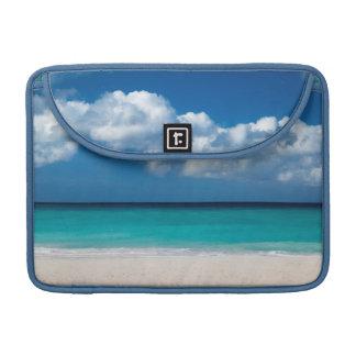 Playa arenosa blanca en la playa de Eagle Fundas Para Macbooks