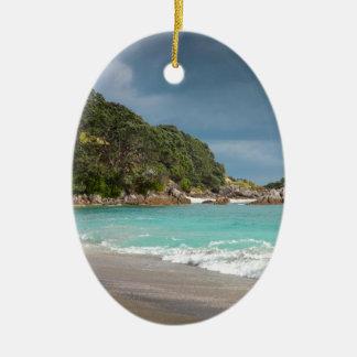 Playa arenosa de la franja de los árboles de adorno navideño ovalado de cerámica