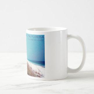 Playa azul de la montaña taza de café