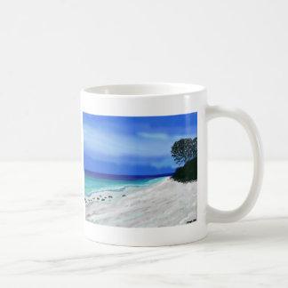 Playa azul de la salida del sol taza básica blanca