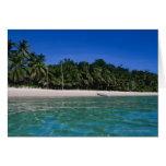 Playa, balsa en una distancia tarjeta de felicitación