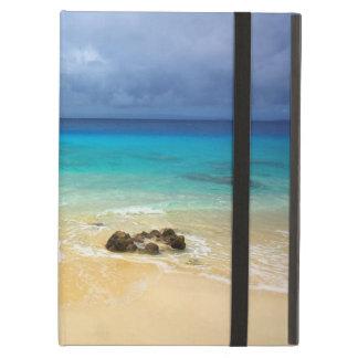 Playa blanca de la arena de la isla tropical del p