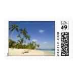 Playa blanca de la arena en sellos de Palawan