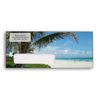 Playa blanca w/Palm de la arena Sobre