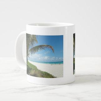 Playa blanca w/Palm de la arena Taza Jumbo