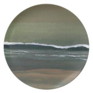Playa cambiante del verde verde oliva del océano d plato