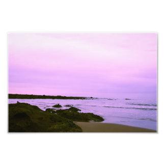 Playa con la fotografía púrpura del cielo fotografías