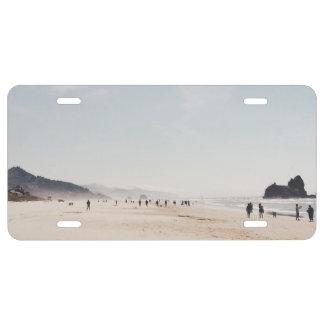 Playa con la gente durante una tarde del verano placa de matrícula