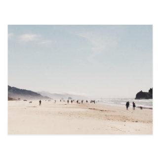 Playa con la gente durante una tarde del verano tarjetas postales