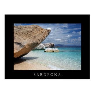 Playa de Cerdeña con la postal negra de las rocas