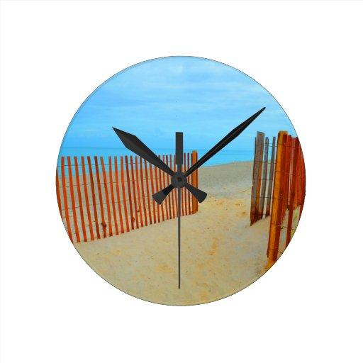 playa de la Florida con la cerca colorida Relojes De Pared