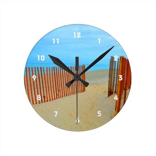 playa de la Florida con la cerca colorida Reloj De Pared