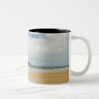 Playa de la misión e isla de la clavada taza de café de dos colores