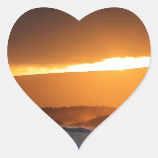 Playa de la puesta del sol de la isla del paraíso colcomanias de corazon