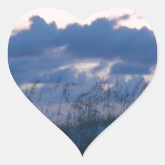 Playa de la puesta del sol pegatina en forma de corazón