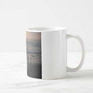 """""""Playa de la puesta del sol"""" por Lewis Evans Tazas De Café"""