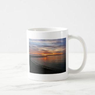 Playa de la puesta del sol taza básica blanca