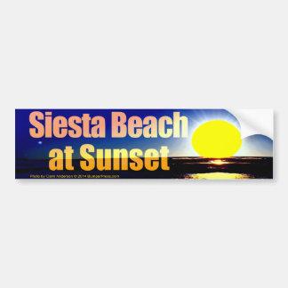 Playa de la siesta en la puesta del sol pegatina para auto