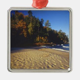 Playa de los mineros en las rocas representadas adorno navideño cuadrado de metal