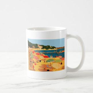 Playa de riviera francesa del vintage taza básica blanca