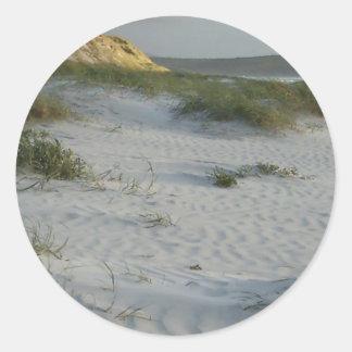 Playa de Sandy azotada por el viento Pegatina Redonda