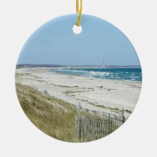 Playa de Sandy con las ondas Adorno Navideño Redondo De Cerámica