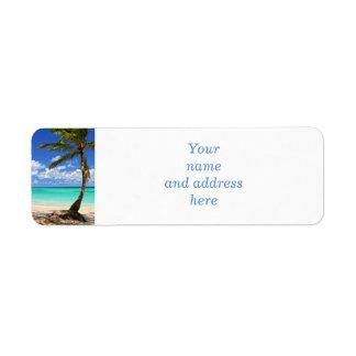 Playa de una isla tropical etiqueta de remite