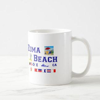 Playa de Zuma - deletreo marítimo de la bandera Taza Básica Blanca