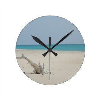 Playa del Driftwood de Barbuda Reloj Redondo Mediano