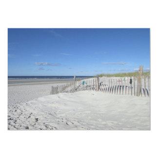 """Playa del océano con la duna y la cerca resistida invitación 5"""" x 7"""""""
