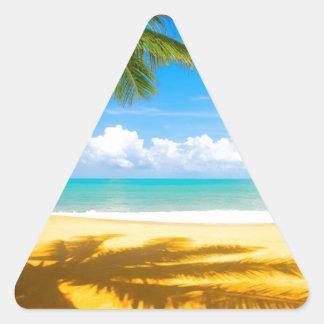 playa del paraíso de la palmera del arena de mar calcomanía de triangulo