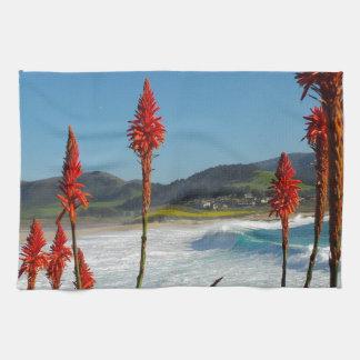 Playa del punto de Carmel con las flores del áloe Toallas De Cocina