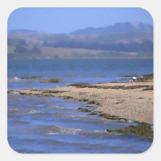 Playa en la bahía pegatina cuadrada