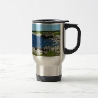 Playa en la costa de Terranova Canadá Taza Térmica