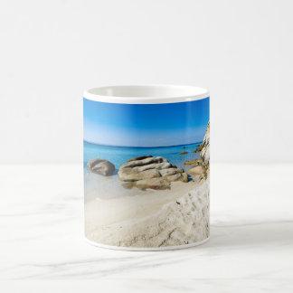 Playa hermosa en el mar Mediterráneo Taza Básica Blanca