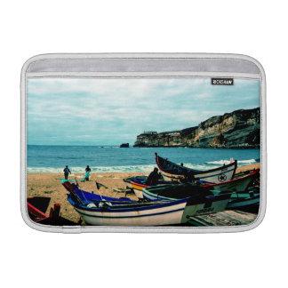 Playa IV de Portugal - barcos coloridos en la Fundas Para Macbook Air