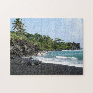 Playa negra volcánica de la arena en Hawaii Puzzle