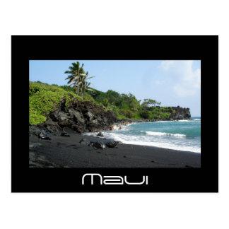 Playa negra volcánica de la arena en la postal del