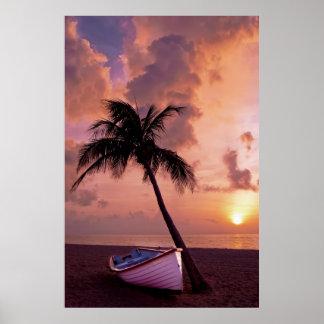 Playa, océano, palmera, barco y puesta del sol posters