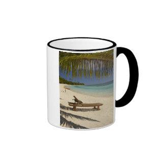 Playa, palmeras y ocioso taza