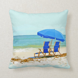 Playa, paraguas, océano y sillas cojin